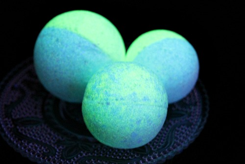DIY Bath Bombs That Glow in the Dark- These DIY glow in the dark bath bombs are so easy to make and fun to use! They make a wonderful homemade beauty product gift as well! | how to make glowing bath bombs, Halloween bath bombs, #bathBomb #DIY #beauty #craft #ACultivatedNest