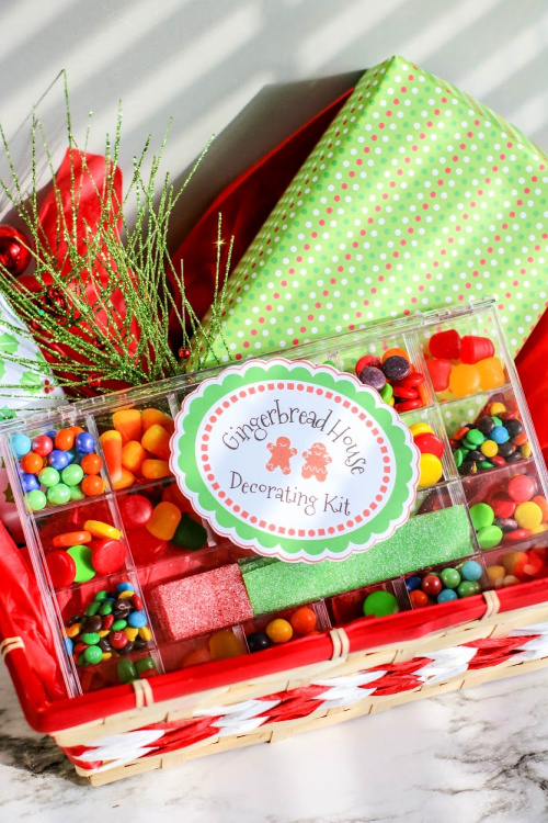 Gingerbread House Decorating Kit Homemade Gift- Give this fantastic DIY gingerbread house decorating kit gift this year! Everyone will love how fun and easy it is to create their own gingerbread house! | #gingerbreadHouse #Christmas #diyGift #homemadeGift #ACultivatedNest