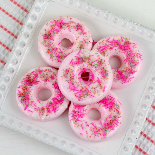 Strawberry Donut DIY Bath Bomb Recipe- Make this strawberry donut DIY bath bomb recipe to keep for yourself or give as gifts! They smell amazing and are easy to make! | #DIY #craft #bathBomb #diyGift #ACultivatedNest
