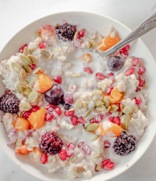 Homemade Healthy Oatmeal Breakfast Recipe- Start your morning right with a bowl of this comforting winter oatmeal breakfast recipe! Its incredible flavors will thrill your taste buds! | refined sugar free, healthy breakfast, #breakfastRecipe #oatmeal #winterRecipes #breakfast #ACultivatedNest