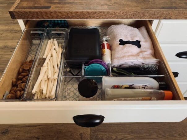 12 Space Saving Kitchen Drawer Organizing Tips- If you want to be able to find things fast in your kitchen, you need to check out these space saving kitchen drawer organization ideas! | #organizingTips #homeOrganization #kitchenOrganization #organizing #ACultivatedNest