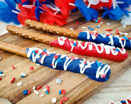 Fourth of July Pretzel Rods- If you are looking for something fun, try these adorable patriotic pretzel rods! They are fabulous for Memorial Day or the Fourth of July! | red white and blue recipe, patriotic recipe, easy snacks, easy desserts, candy melts pretzels, #FourthOfJuly #MemorialDay #pretzelRods #dessertRecipe #ACultivatedNest