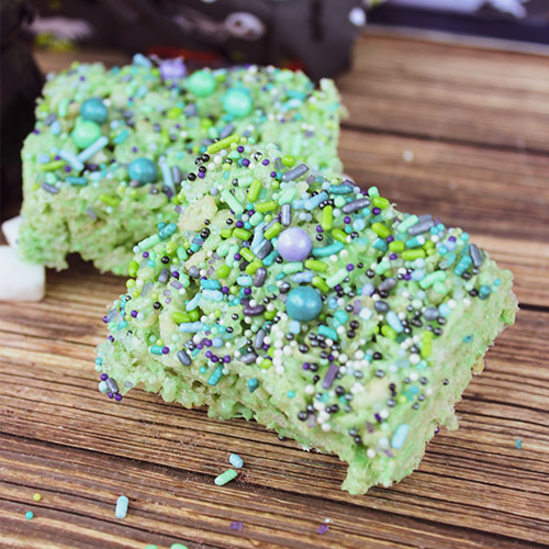 Witches Brew Halloween Rice Krispies- For a fun treat to serve this Halloween, make these witches brew homemade Halloween rice krispies! They're easy (and fun) to make! | #Halloween #recipe #dessert #riceKrispieTreats #ACultivatedNest