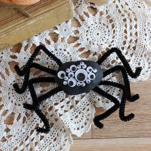 Halloween Rock Spider Kids Craft- Your kids will love doing this fun rock spider kids craft for Halloween! These cute DIY rock spiders also make fun Halloween décor! | #craft #kidsCraft #HalloweenCraft #rockCraft #ACultivatedNest
